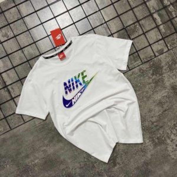 חולצות טי נייק לוגו בולט